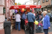 Am SPD-Stand in Dülken: LUKAS SIEBENKOTTEN