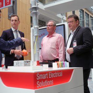 Im Bild: Die SPD Bundestagsabgeordneten Andreas Rimkus (rechts) und Udo Schiefner (2.v.r) im Gespräch mit 3M Experten